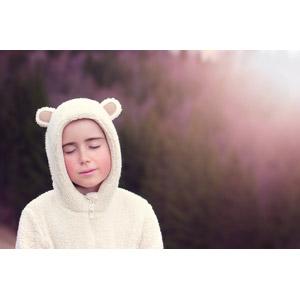 フリー写真, 人物, 子供, 女の子, 外国の女の子, 女の子(00034), 目を閉じる, 太陽光(日光), 着ぐるみ