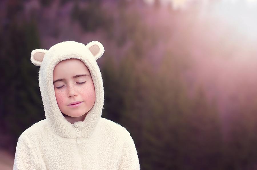 フリー写真 クマの着ぐるみ姿で目を閉じる外国の女の子