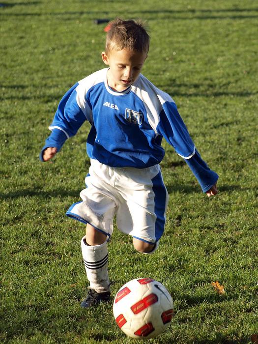 フリー写真 サッカーをプレイする外国の男の子