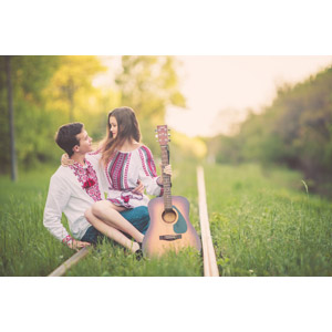 フリー写真, 人物, カップル, 恋人, 愛(ラブ), 線路(鉄道), 座る(地面), 座る(膝), 楽器, 弦楽器, ギター, アコースティックギター, 音楽, 二人, ウクライナ人