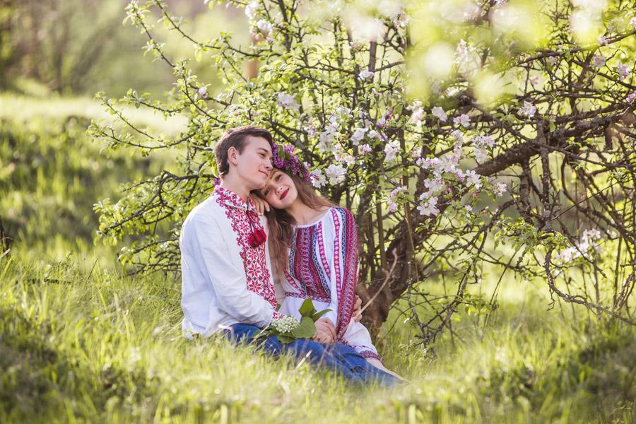 フリー写真 草むらで寄り添う仲の良いカップル