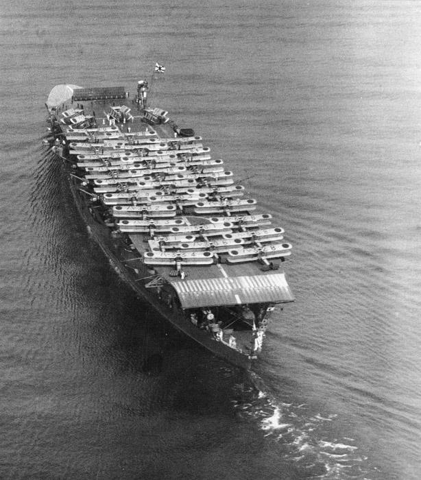 フリー写真 艦上攻撃機を積載した空母赤城