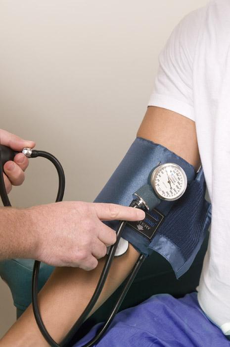 フリー写真 血圧計で血圧測定