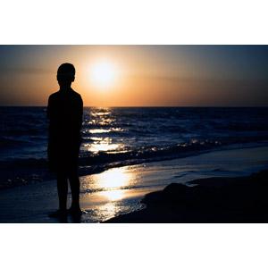 フリー写真, 人物, 子供, 男の子, シルエット(人物), 人と風景, ビーチ(砂浜), 海, 夕暮れ(夕方), 夕焼け, 夕日