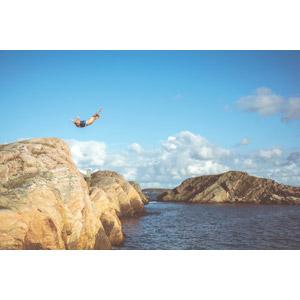 フリー写真, 風景, 海, 海岸, 岩, 人と風景, 男性, 外国人男性, 飛び込む(ダイブ)