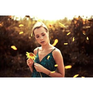 フリー写真, 人物, 女性, 外国人女性, 人と花, 花びら