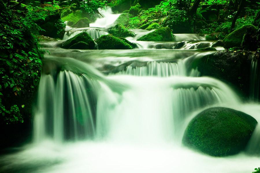 フリー写真 流れ落ちる小さな滝の風景