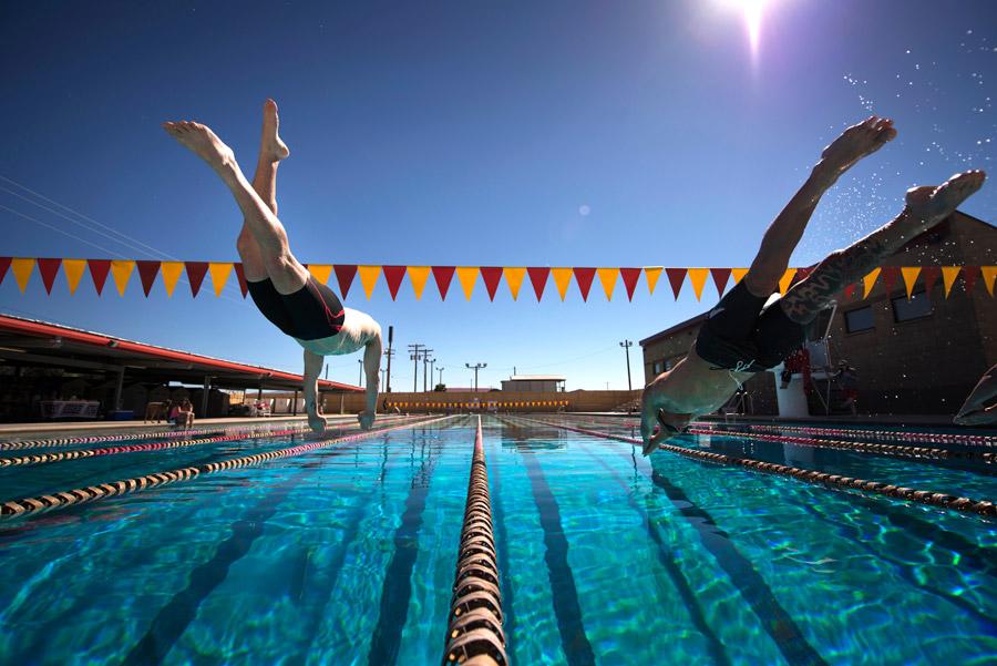 フリー写真 プールに飛び込む競泳選手