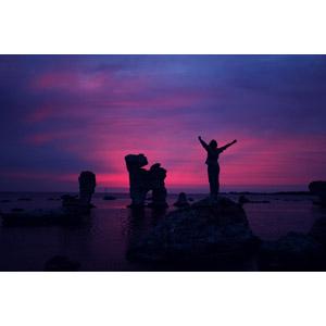 フリー写真, 風景, 海岸, 海, 岩, 海食柱, 日暮れ, 人と風景, 手を広げる, シルエット(人物)