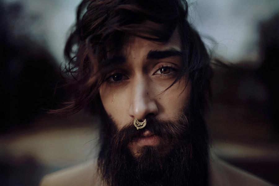 フリー写真 涙を流す外国人男性の顔
