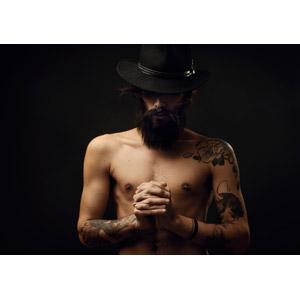 フリー写真, 人物, 男性, 外国人男性, 髭(ヒゲ), 帽子, 手を組む, 祈る(祈り), 入れ墨(タトゥー), 黒背景, 鼻ピアス