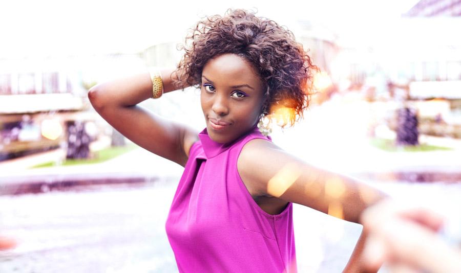 フリー写真 ポーズをとる黒人女性のポートレイト