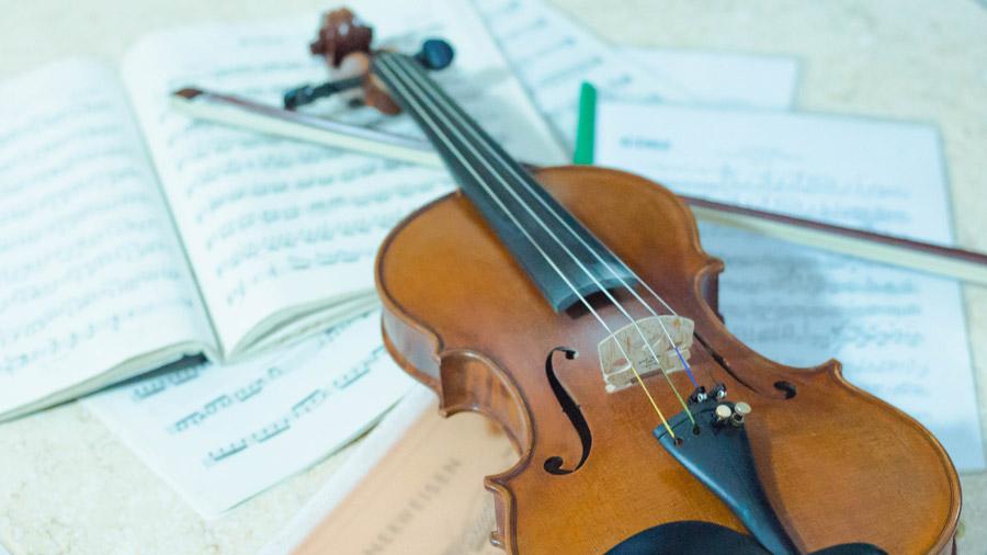 フリー写真 楽譜とバイオリン