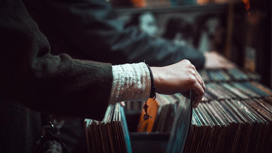 フリー写真 レコード屋でレコードを探す客の手