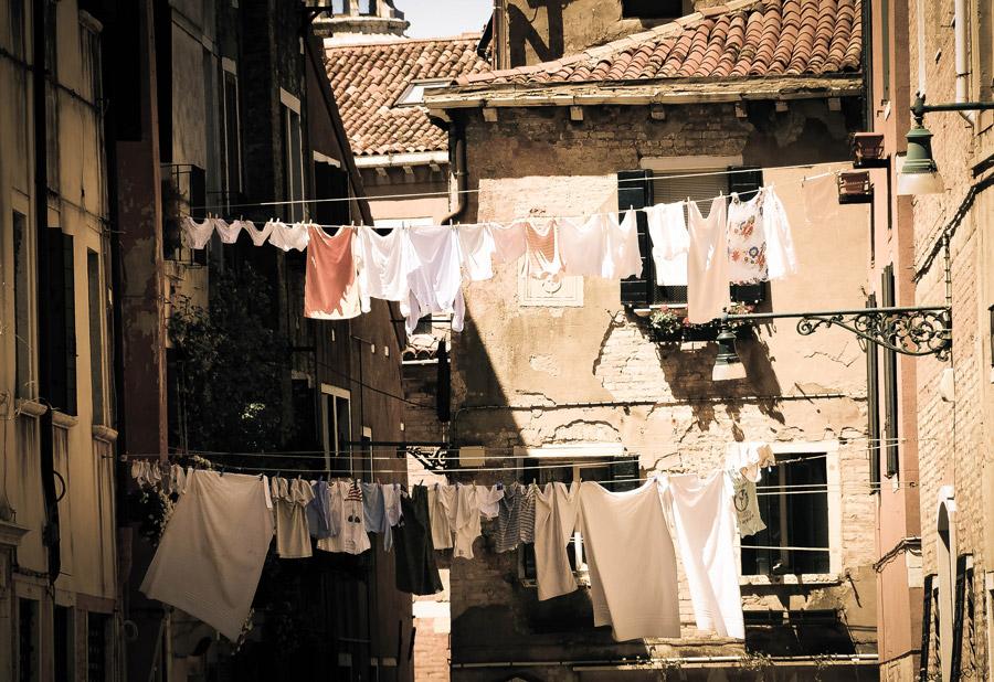 フリー写真 ヴェネツィアの旧市街に干された洗濯物