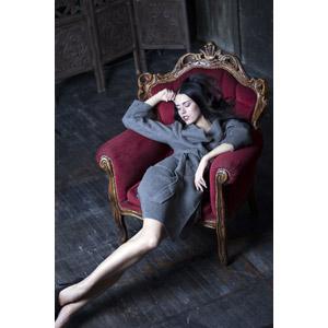 フリー写真, 人物, 女性, 外国人女性, 座る(椅子), 寝る(寝顔), 額に手を当てる, コート