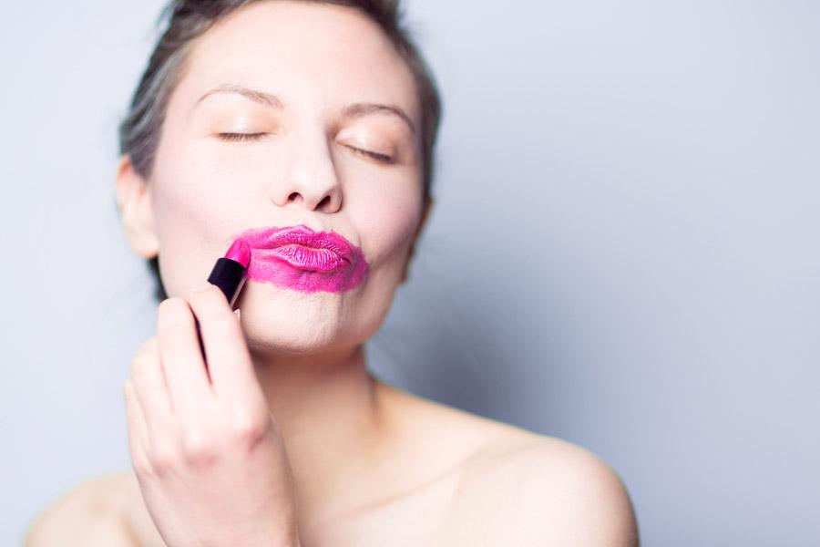 フリー写真 口紅を塗り過ぎの外国人女性