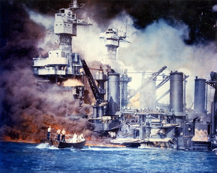 フリー写真 真珠湾攻撃により炎上する戦艦のウェストバージニア