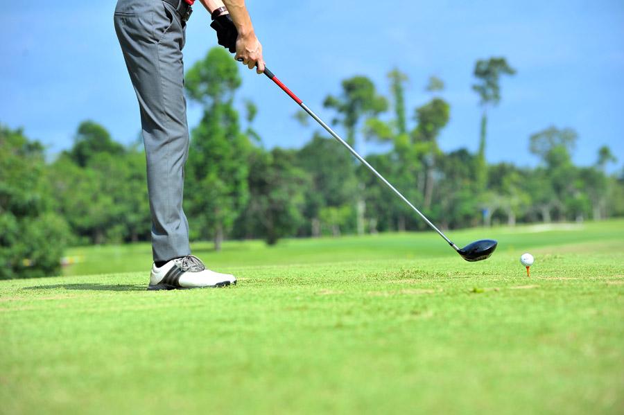 フリー写真 ティーショットを打とうとするゴルファー