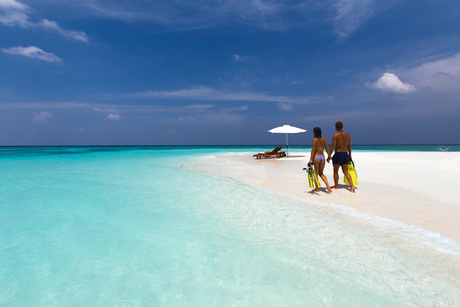 フリー写真 モルディブのビーチリゾートを歩くカップル