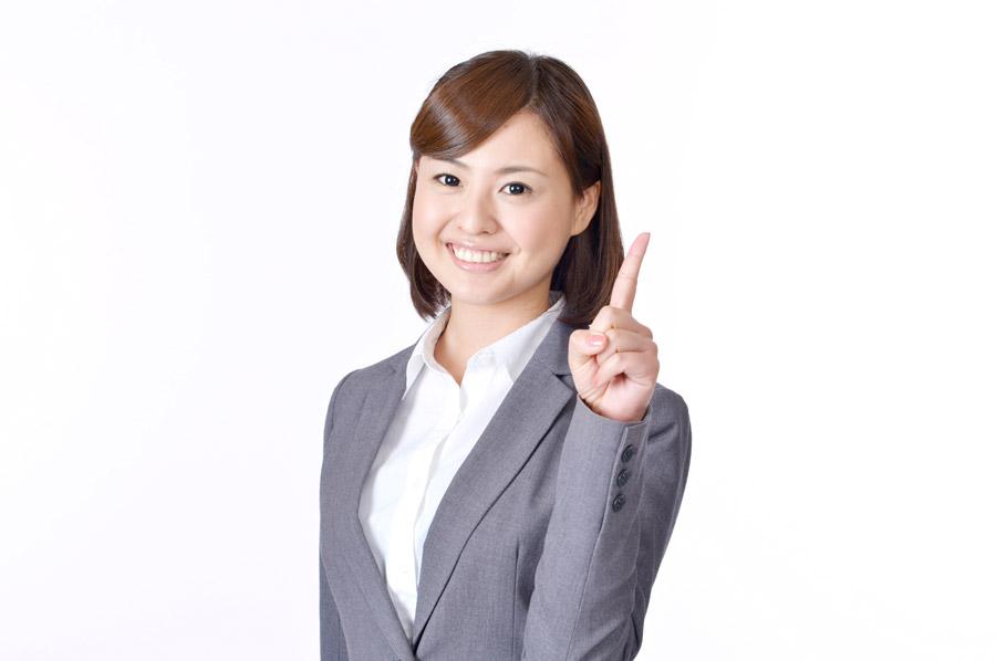 フリー写真 人差し指を立てながらアドバイスする女性社員