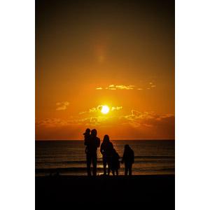 フリー写真, 人物, 家族, 親子, 父親(お父さん), 母親(お母さん), 子供, シルエット(人物), 人と風景, 海, 夕暮れ(夕方), 夕焼け, 夕日