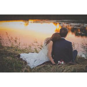 フリー写真, 人物, カップル, 花婿(新郎), 花嫁(新婦), 二人, 結婚式(ブライダル), ウェディングドレス, 後ろ姿, 人と風景, 河川, 夕暮れ(夕方)