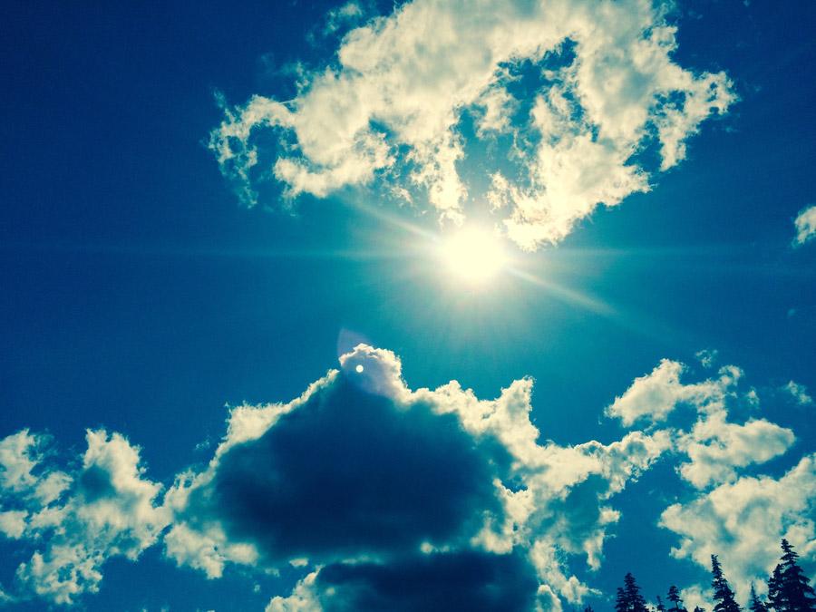 フリー写真 空に輝く太陽と雲の風景