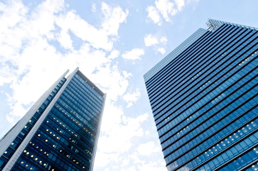フリー写真 二棟のオフィスビルの風景