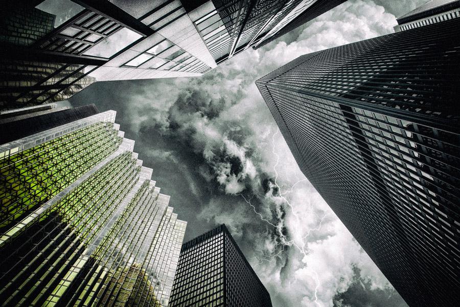 フリー写真 オフィスビルと稲妻の走る空の風景