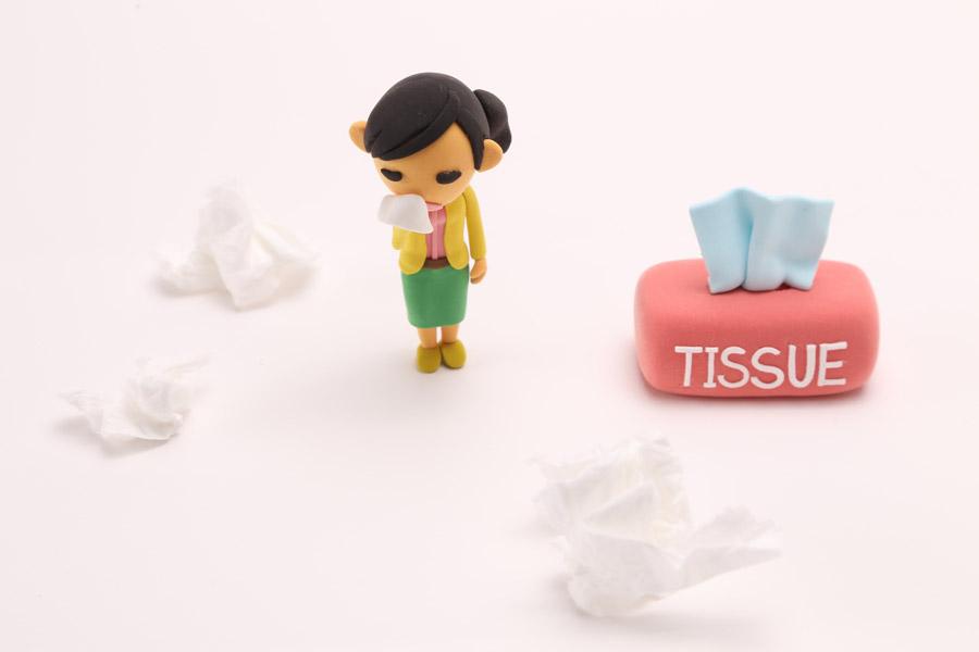フリー写真 花粉症で鼻水が止まらない女性の人形