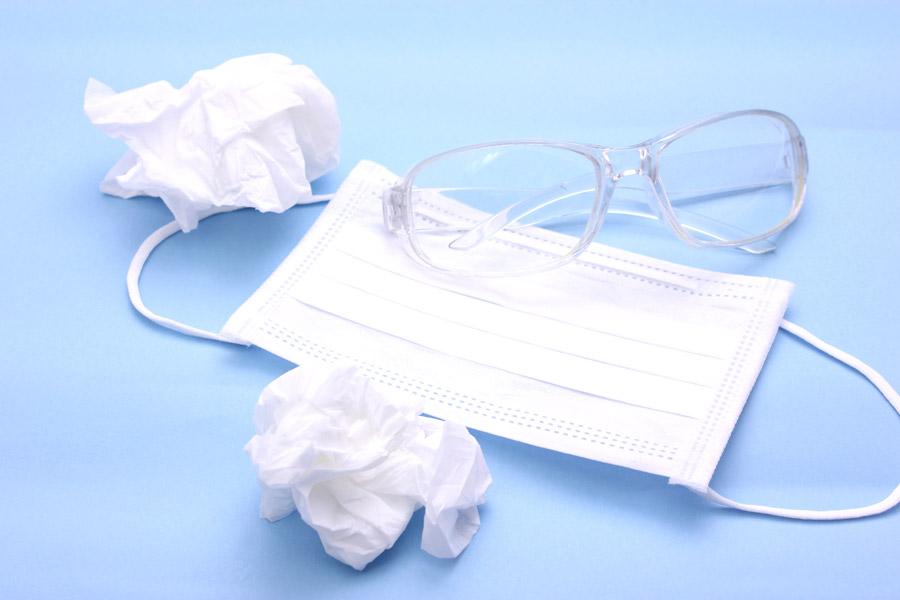 フリー写真 花粉症対策の眼鏡とマスクと丸めたティッシュ