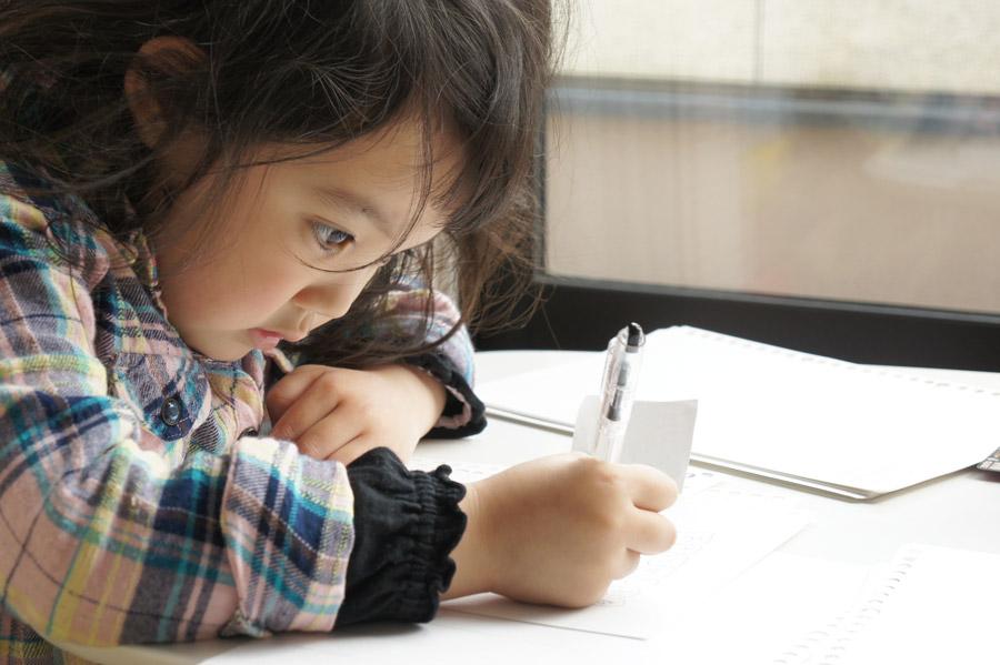 フリー写真 宿題をしている女の子