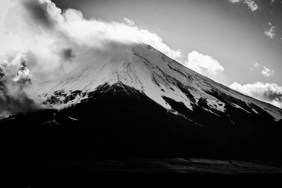 フリー写真 モノクロの富士山と雲の風景