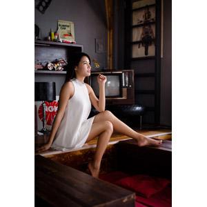 フリー写真, 人物, 女性, アジア人女性, 座る(床), ワンピース, 女性(00194), ブラウン管テレビ