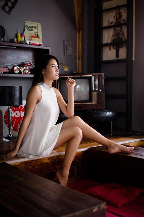 フリー写真 ブラウン管テレビの前に座っている女性