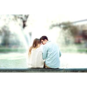 フリー写真, 人物, カップル, 恋人, 愛(ラブ), おでこをつける, 寄り添う, 後ろ姿, 二人, 噴水
