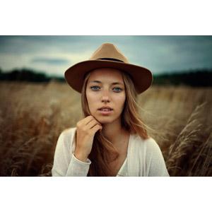 フリー写真, 人物, 女性, 外国人女性, 帽子, 顎に手を当てる, 草むら, 枯れ草