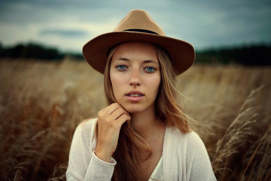 フリー写真 枯れ草と帽子を被った外国人女性