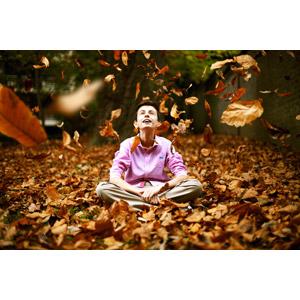 フリー写真, 人物, 男性, 外国人男性, 座る(地面), 落ち葉, あぐらをかく, 見上げる(上を向く), 人と風景