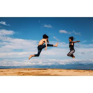 フリー写真, 人物, カップル, 戦う, 蹴る(キック), 跳ぶ(ジャンプ), 二人, 青空