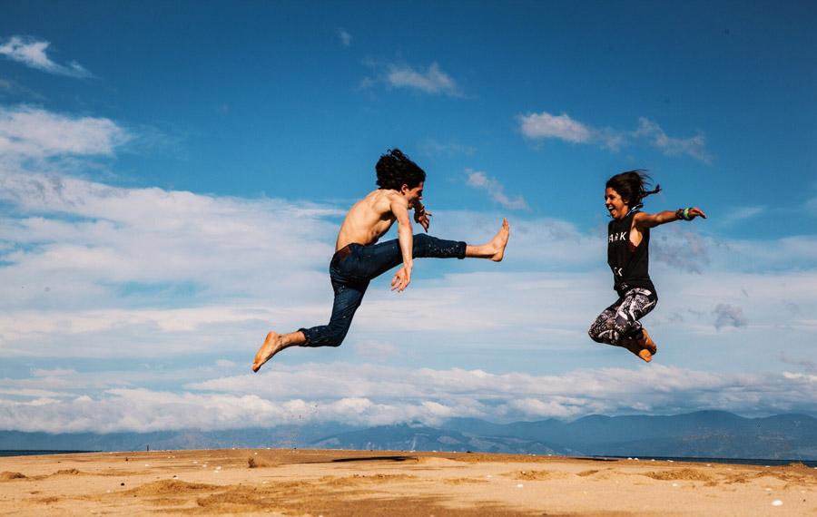 フリー写真 キックする男性と吹っ飛ぶ女性
