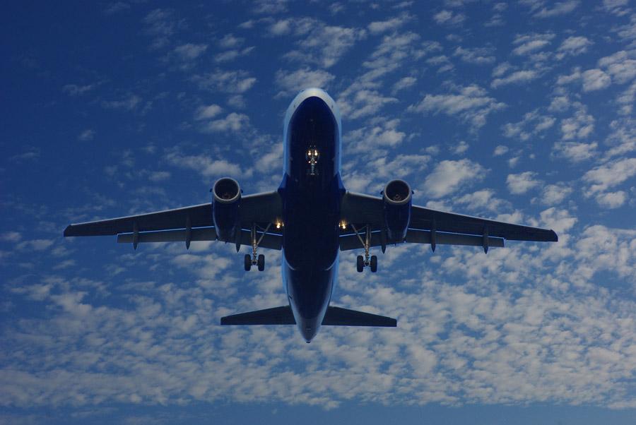 フリー写真 空に飛び立つ旅客機