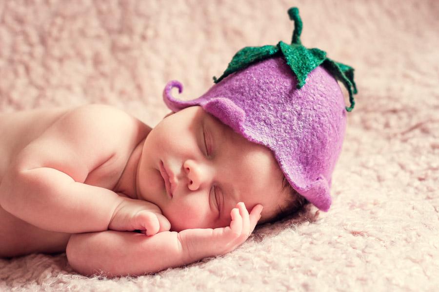 フリー写真 なすびの帽子を被って眠る赤ちゃん