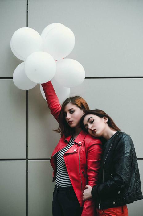フリー写真 風船を持つ二人の外国人女性
