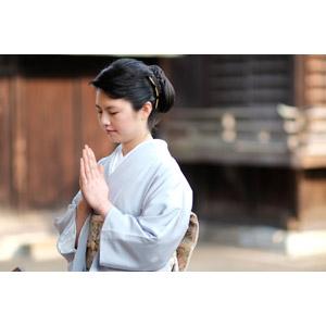 フリー写真, 人物, 女性, アジア人女性, 日本人, 女性(00047), 和服, 着物, 手を合わす, 祈る(祈り), 目を閉じる, お願い