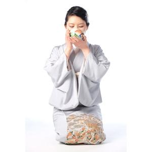 フリー写真, 人物, 女性, アジア人女性, 日本人, 女性(00047), 和服, 着物, 白背景, 座る(床), 正座, 茶道, お茶, 湯呑茶碗, 飲む
