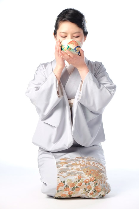 フリー写真 着物姿でお茶を頂く日本人女性