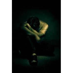 フリー写真, 人物, 男性, 失望(絶望), 悲しい, 落ち込む(落胆), 座る(床), うずくまる