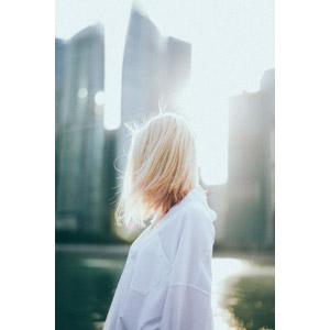 フリー写真, 人物, 女性, 外国人女性, 金髪(ブロンド), ブラウス, 太陽光(日光)